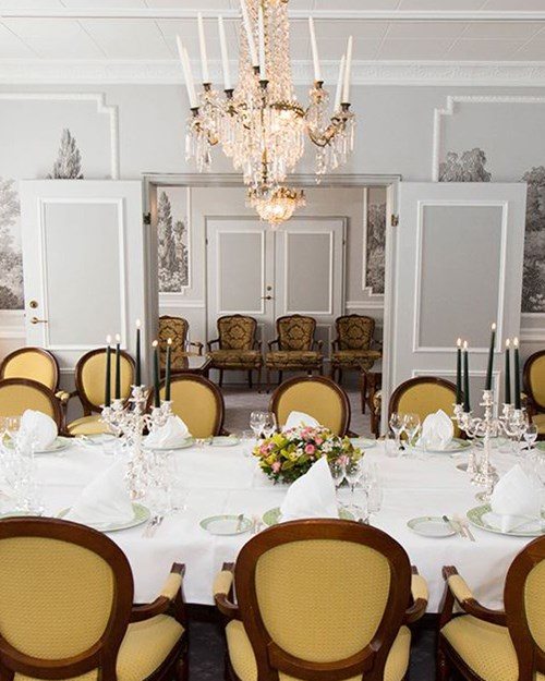 Delicate, bright and intimate banquet facility seating up to 15 people